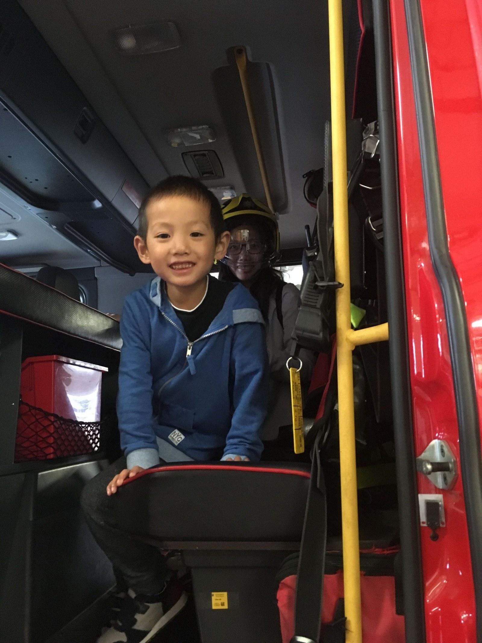 你像孩子一样_带孩子参观消防车 Cambridge Fire Station Open Day | 小赖子的英国生活和 ...
