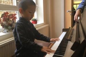 孩子弹钢琴