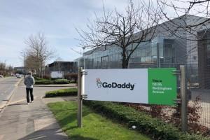 路过 Godaddy, 就应该进去实地注册个域名