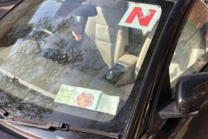 在北爱尔兰学车车前后要贴N牌而不是英格兰的L (Learning)